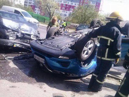 У Луцьку в ДТП авто «став» на дах (фото, відео)