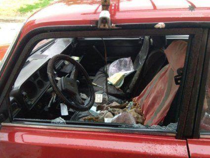 Биті вікна і бардак у салоні: великодні збитошники у Луцьку потрощили десятки авто (фото)