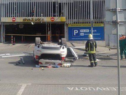 «Дама переплутала педалі»: з п'ятого поверху парковки впав BMW (фото)