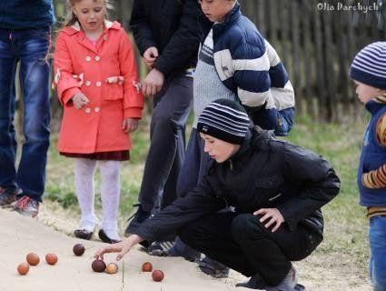 «Качєтися єйцями»: показали унікальну великодню забаву, яку зберегли в селі на Поліссі (відео)