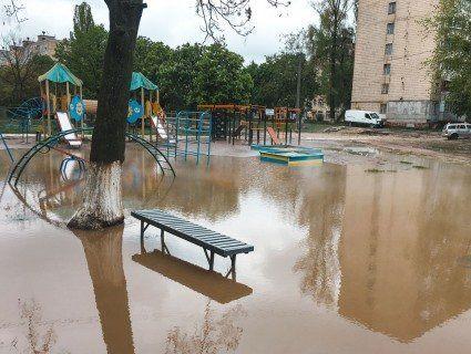 У Києві комунальна НП: дитячий майданчик залило окропом (фото)