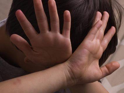 Нелюда, який знущався над хворою дочкою, суддя випустив, аби той… вбив свого сина