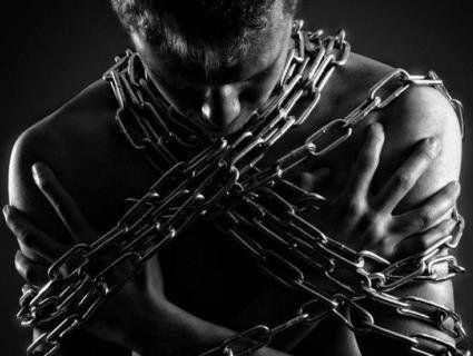 «Джанго звільнений»: на Сумщині на трасу вибіг чоловік, закутий у кайданки і ланцюг (фото)