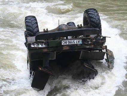 На Прикарпатті автомобіль з туристами впав у річку з висоти 40 метрів. Оновлено (фото)