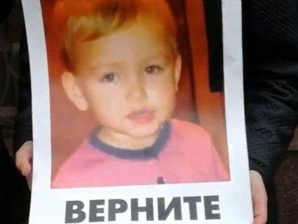 Одиночний мітинг: українка під посольством Данії просить повернути її сина (фото, відео)