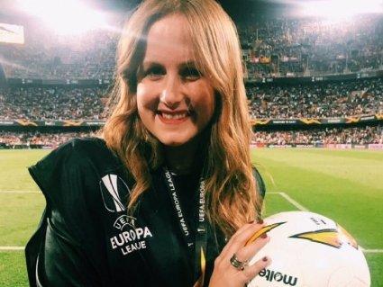 М'ячем в голову: журналістка постраждала під час футбольного матчу (відео)