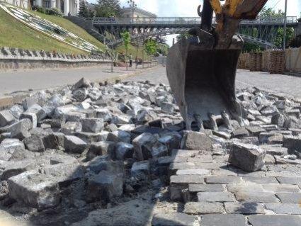 Розвалюють справу Майдану: на Інститутській знімають бруківку