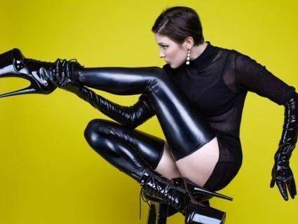 «Посунься, Гага!»: конкурентка Maruv вразила Євробачення лаковими «копитами»
