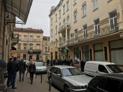 У Львові під стінами митниці протестують активісти (фото, відео)