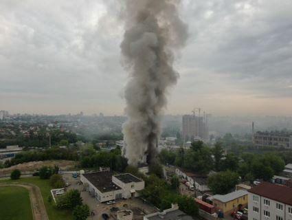 Київ накрила димова завіса: горів цех дизайнерських меблів (фото)