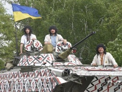 День вишиванки у військових: розмалювали бойову машину (фото, відео)