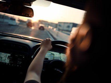 Суїцид незвичним способом: жінка на повному ходу вистрибнула з авто