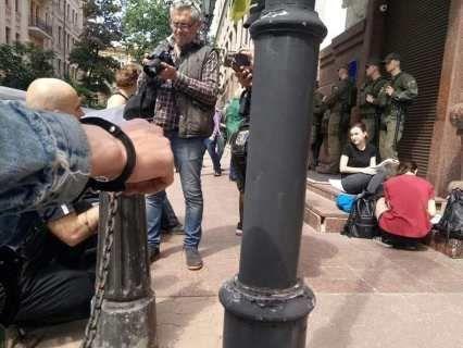 У Києві біля Мін'юсту правозахисники прикували себе наручниками