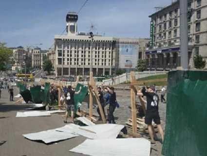 «Заважав розслідуванню вбивств Небесної сотні»: біля Майдану знесли паркан (відео)