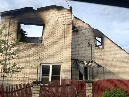 Будинок  патрульного згорів вщент через блискавку: просять про допомогу