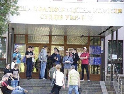 «Зелюшки»: невідомі заблокували будівлю комісії суддів