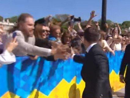 Зеленський перед Радою у стрибку чмокнув Кошового в лисину (відео)
