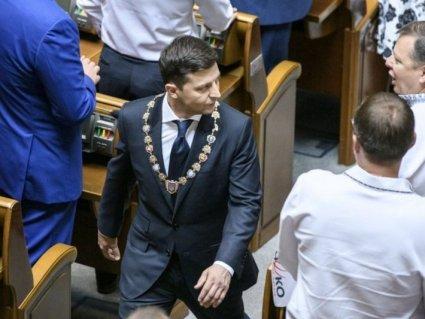 Курйоз на інавгурації: «ксива» президента Зеленського опинилася на підлозі (відео)