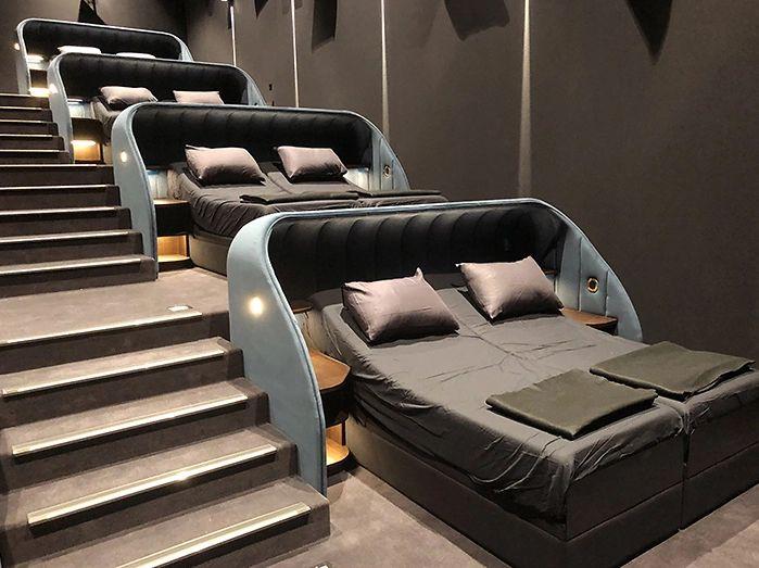 У Швейцарії кінотеатр замінив усі крісла на двоспальні ліжка (фото)