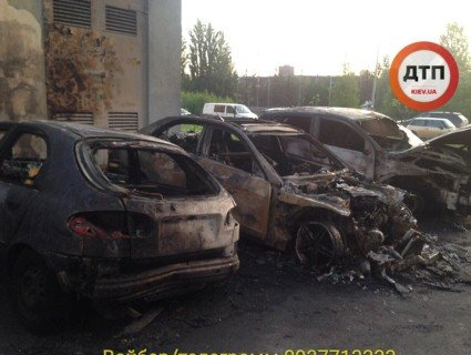 У Києві вночі згоріло півдесятка авто