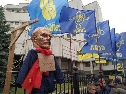 Щоб не відмінили декомунізацію, Тягнибок привіз під суд Леніна в петлі