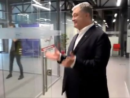 Порошенко із президентської резиденції «перекочував» у «прозорий офіс» (фото)