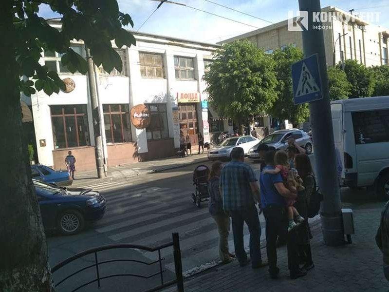 У центрі Луцька авто збило жінку з коляскою на переході (фото)