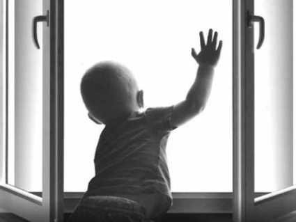 У Маріуполі з вікна випала дитина: не витримала москітна сітка