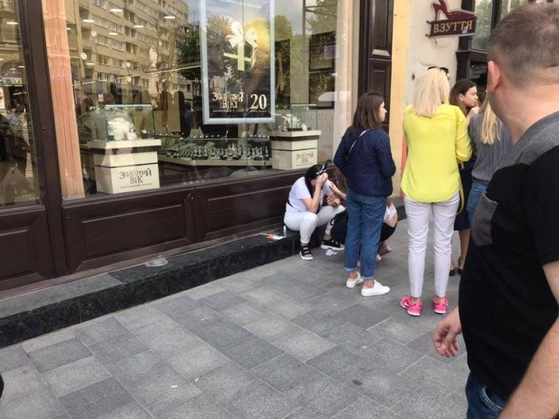 У центрі Львова камінь з будинку мало не проломив череп дівчині (фото)