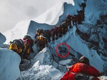 «Гора трупів»: альпіністи продовжують вмирати в черзі на Еверест