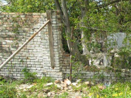 У обласному протитуберкульозному диспансері руйнується паркан (фото)