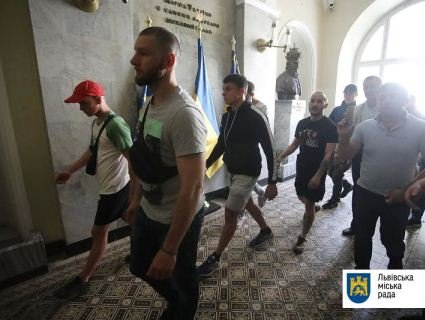У Львові натовп штурмує ратушу: вимагають відставки Садового (відео)