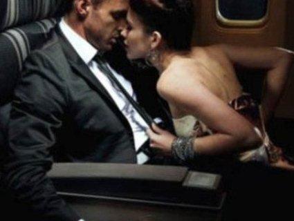 «Вітаю в клубі»: журналіст підловив пару під час «кохання» в літаку (відео 16+)