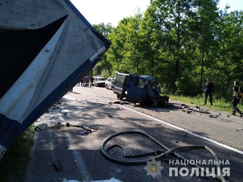 Бус влетів у фуру на трасі Київ-Ковель-Ягодин: є жертви (фото)