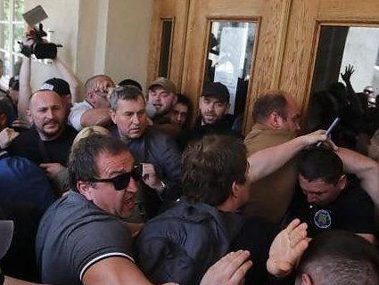 Штурм Львівської міськради: у ратуші виламали двері (фото)