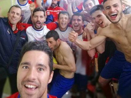 Футбольний клуб відсвяткував перемогу… стриптизом у роздягальні (відео 18+)