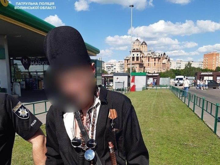 У людному місці в Луцьку розгулював озброєний неадекват (фото)