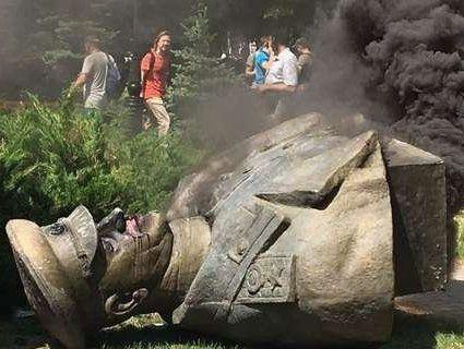 «Скрєпи»: в Росії Зеленського закликали відреагувати на знесення погруддя Жукова