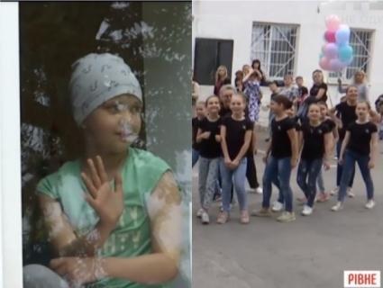 Під вікнами лікарні у Рівному діти влаштували концерт для онкохворої подруги (відео)
