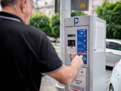 У Львові чоловік намагався обікрасти паркомат (відео)