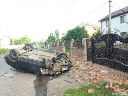 ДТП у Луцьку. Авто розбило бетонний паркан.