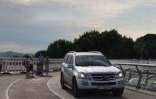 У Києві покарають  водія, який влаштував «покатушки» на скляному мості