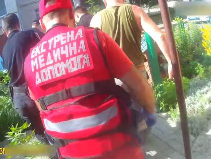 Луцькі патрульні визволили з квартири пенсіонерку, в якої відмовили ноги (відео)