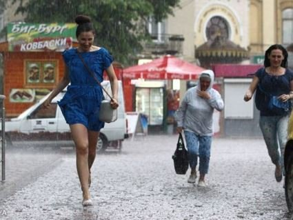 Завтра буде спекотно, але на заході – дощі з градом
