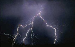 На Івано-Франківщині на зупинці блискавка вбила трьох людей