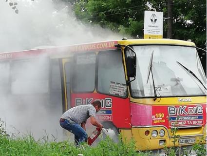 Пасажири панікували: у Луцьку салон маршрутки заповнився димом (фото)