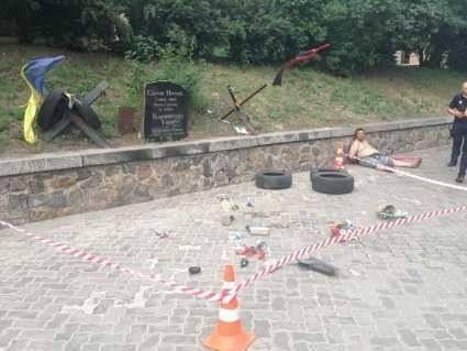 У Києві «прихильник Росії»  розбив Меморіал героя Небесної сотні Сергія Нігояна