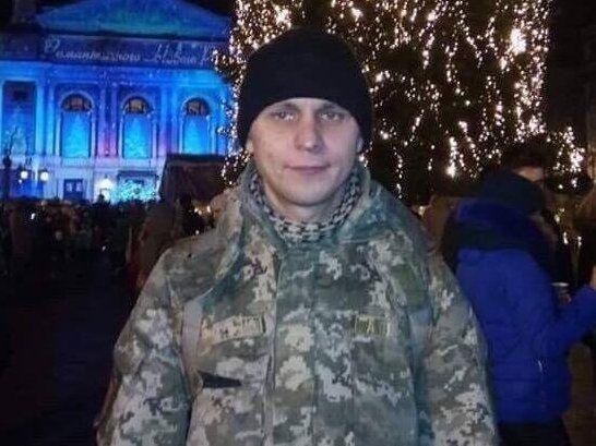 Українські бійці, попри обстріли, забрали тіло загиблого побратима