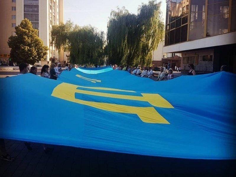 Найбільший у країні кримськотатарський прапор розгорнули в Луцьку (фото)