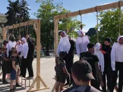 У Харкові встановили дві шибениці (відео)
